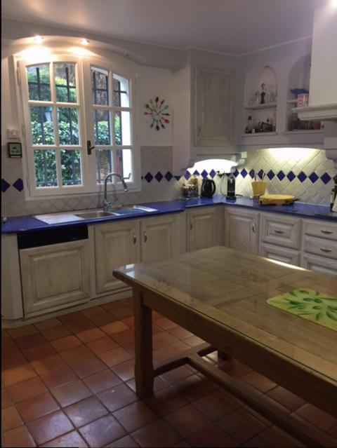 elegant pour le relooking de cette grande cuisine en chne massif nous avons utilis le blanc puis. Black Bedroom Furniture Sets. Home Design Ideas
